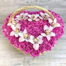 Корзина из 101 розы и 10 орхидей в виде сердца